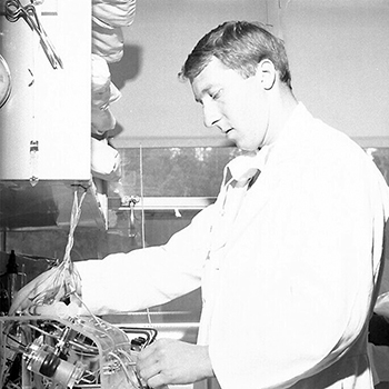Morley Singer in the lab during his fellowship